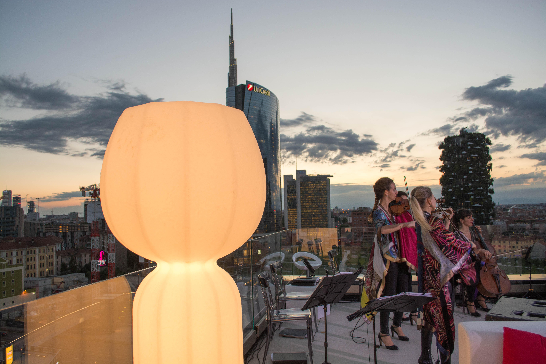 Inaugurazione-the-corner-milano-illuminazione