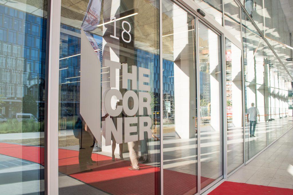 Inaugurazione-the-corner-milano-ingresso